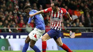 Diego Godín intenta recuperar el balón en juego de Atleti