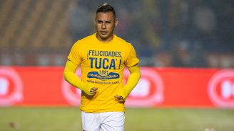 Edu Vargas calienta con una de las camisetas