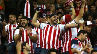 Aficionados de Chivas apoyan al equipo en el estadio