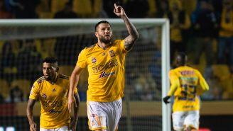 Gignac festeja uno de sus cuatro goles contra Puebla