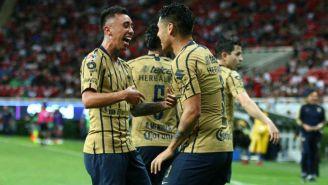 Jugadores de Pumas festejan un gol