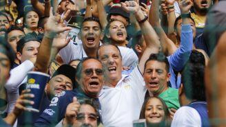Ares de Parga celebra con la afición de Pumas el pase a la Liguilla