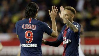 Cavani festeja con Neymar uno de sus goles vs Mónaco