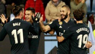 Benzema festeja con sus compañeros en el juego vs Celta