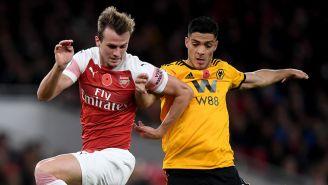 Jiménez lucha por el balón en el duelo de los Wolves ante el Arsenal