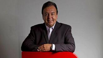 Antonio Moreno posando con el logo de RÉCORD