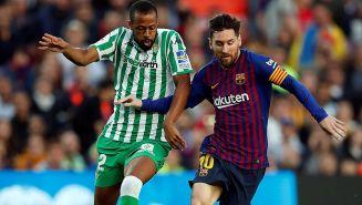 Lionel Messi conduce balón ante la marca del Betis