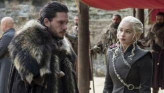 Khaleesi junto a Jon Snow, en una escena de la serie