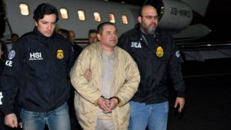 Chapo Guzmán custodiado por dos agentes de la DEA