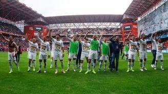 Jugadores de Pumas celebran el triunfo vs Toluca con la afición