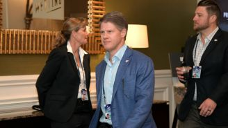 Clark Hunt camina rumbo a una reunión de la NFL