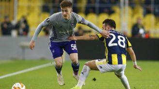 Saelemaekers pelea por el balón frente a Valbuena en encuentro entre Anderlecht y Fenerbahce
