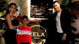 Cristiano, su hijo y Georgina posan en el restaurante de Londres