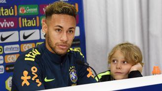 Neymar, junto a su hijo, durante la conferencia de prensa