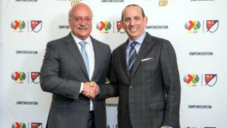 Enrique Bonilla y Don Garber se saludan durante un evento
