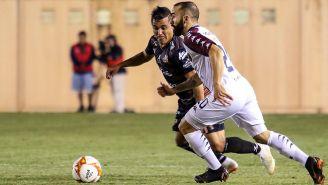 Carlos Gutiérrez y David Salazar en disputa por el balón