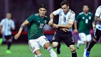 Alan Pulido (izq) durante el partido contra Argentina