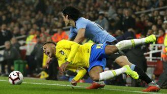 Cavani hace dura entrada a Neymar
