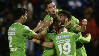 Jugadores de Juárez festejan el gol que les dio el pase a semis