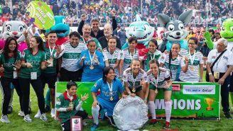 La escuadra femenil celebra el triunfo ante Colombia