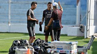 Ferretti charla con algunos elementos del Tri en un entrenamiento