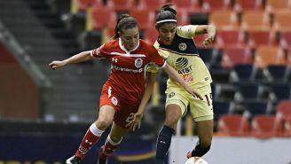 Julieta Peralta disputa un balón en el América vs Toluca de la J