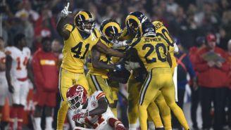 Jugadores de Rams festejan contra los Chiefs