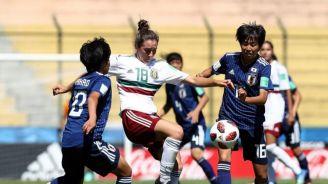 Jugadora de México disputa un balón con dos japonesas