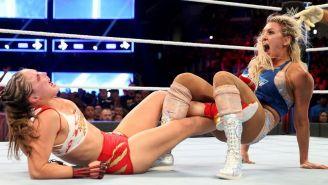 Charlotte Flair aplica una Figura en 4 a Ronda Rousey