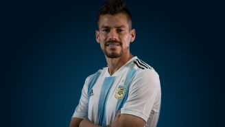 Gastón Giménez posa con la playera de Argentina