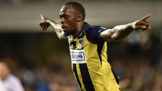 Usain Bolt festeja un gol