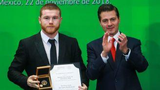 Canelo posa junto a Enrique Peña Nieto, en la entrega del PND 2018