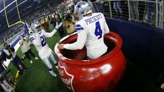 Dak Prescot y Ezekiel Elliott celebran anotación de Dallas