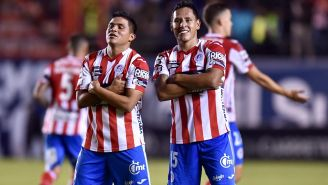 Jorge Sánchez y Juan Castro festejan un gol