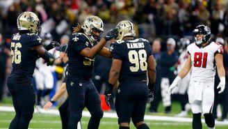 Jugadores de Saints  festejan la victoria contra Falcons