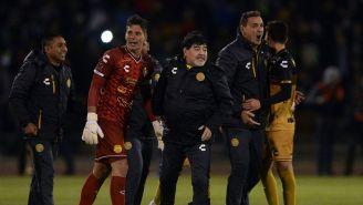 Maradona festeja con jugadores de Dorados el pase a la Final