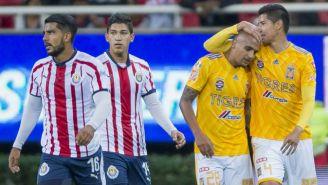 Jugadores de Chivas se lamentan, mientras los de Tigres festejan