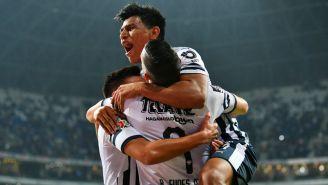 Jugadores de Monterrey celebran anotación contra Atlas