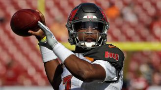 Jameis Winston lanza un servicio en el duelo contra los 49ers