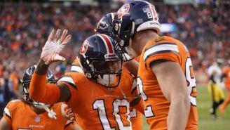 Jugadores de Broncos celebran un touchdown
