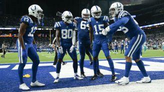 Jugadores de los Colts celebran anotación de Eric Ebron