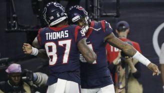 Jugadores de los Texans festejan una anotación