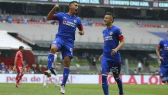 Elías y 'Piojo' Alvarado festejan un gol de Cruz Azul