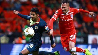 Cecilio pelea un balón en el juego frente a Toluca