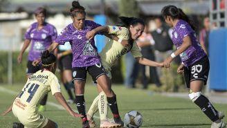 Mónica Rodríguez disputa el balón con jugadoras de Pachuca