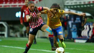 Jugadoras de Chivas y Tigres disputan un balón