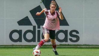 Silvana Flores conduce el balón en una práctica con el Tri