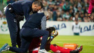 Marcelo Barovero se duele tras caída en el duelo contra Santos
