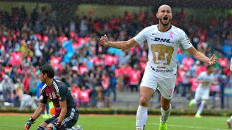 Carlos González festejando un gol vs Tigres