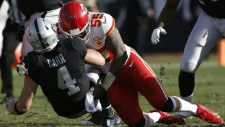 La defensa de los Chiefs captura a Derek Carr